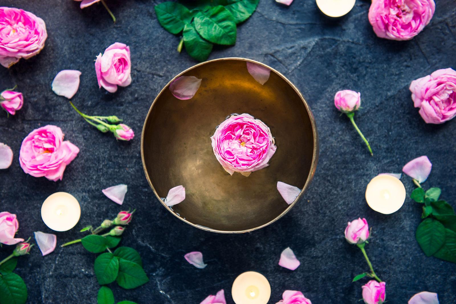 Abschieds Rituale mit Klangschale und Rosenblüten